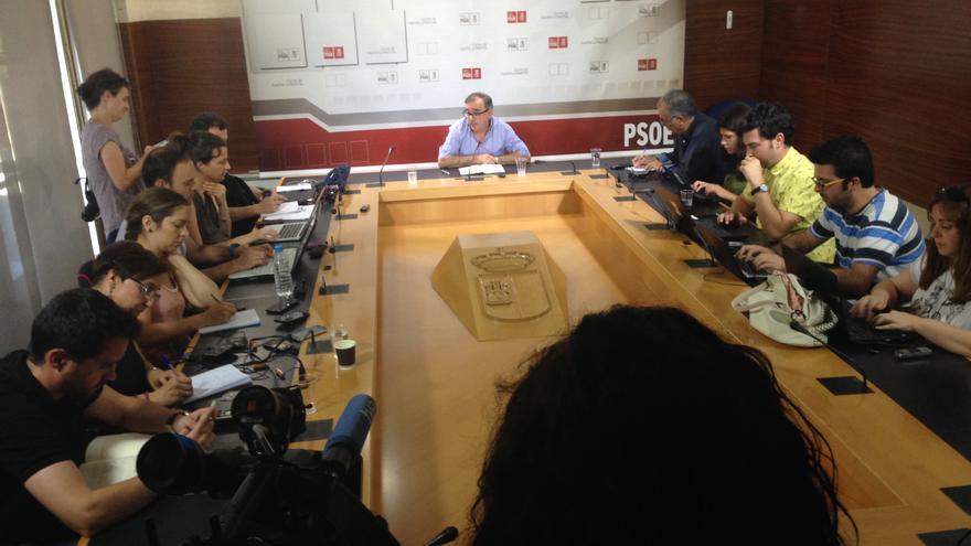 Fernando Mora en rueda de prensa, hoy, en las Cortes de Castilla-La Mancha