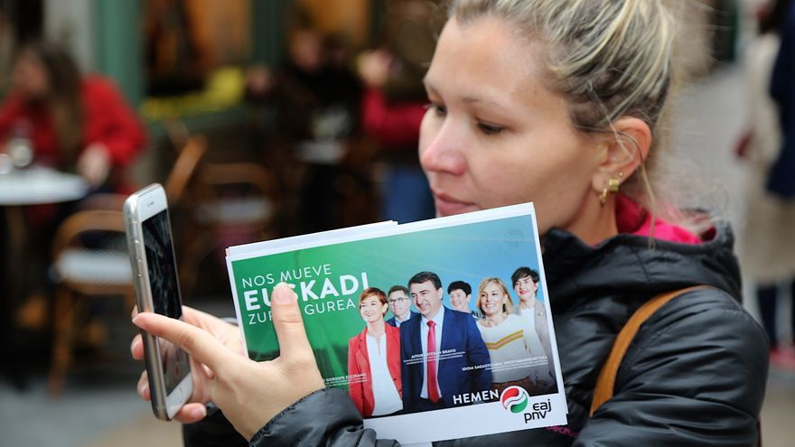 Una mujer, con un folleto electoral del PNV, durante la pasada campaña