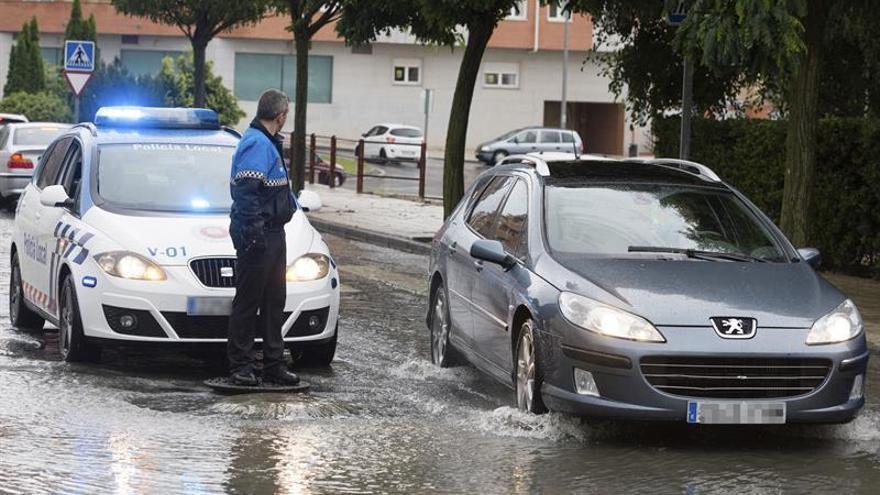 Calles y carreteras cortadas en Ávila por intensas lluvias y coche atrapado