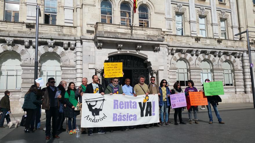 Concentración del Grupo Andarivel frente al Ayuntamiento de Santander. | LARO GARCÍA