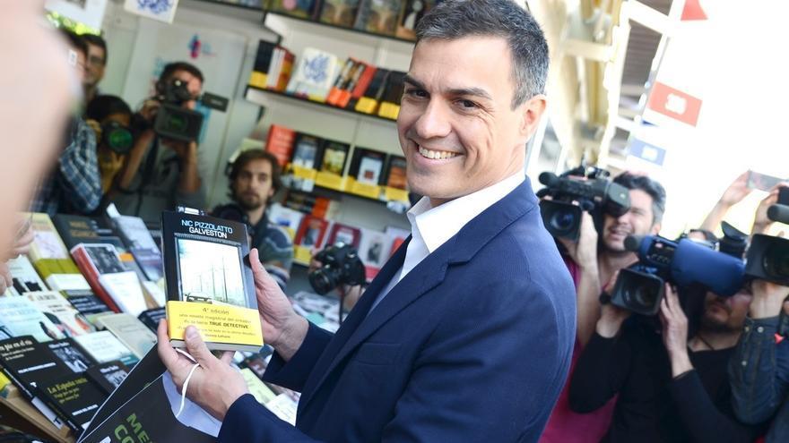 """Sánchez bromea con los avisos de que le queda una bala para seguir liderando el PSOE: """"No sé cuántos cargadores llevo"""""""