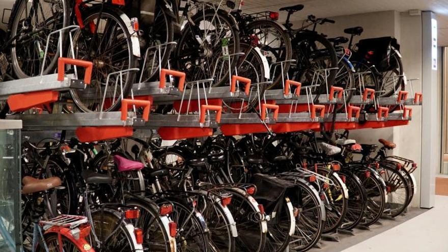 La ciudad holandesa de Utrecht acoge a partir de este lunes el parking de bicicletas más grande del mundo, de tres pisos con capacidad total para más de 12.650 unidades, en busca de solucionar la falta de espacio en un país que oficialmente tiene más bicis que habitantes.