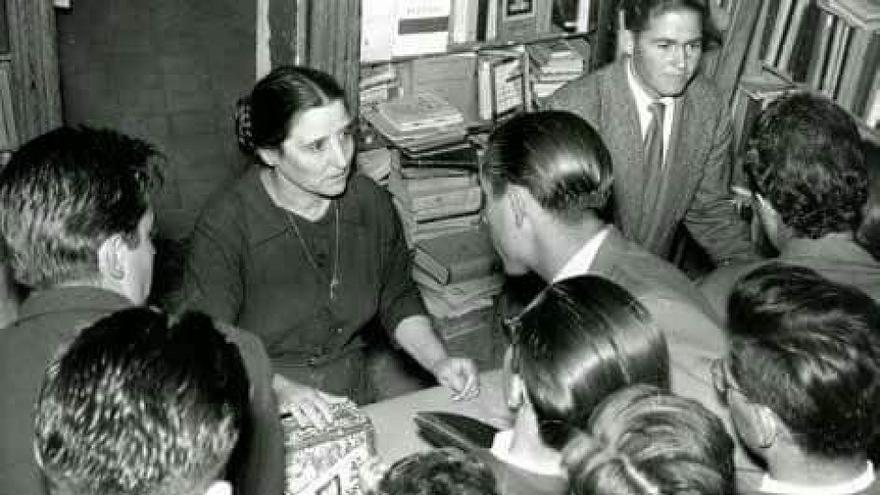 Felipa, en su librería