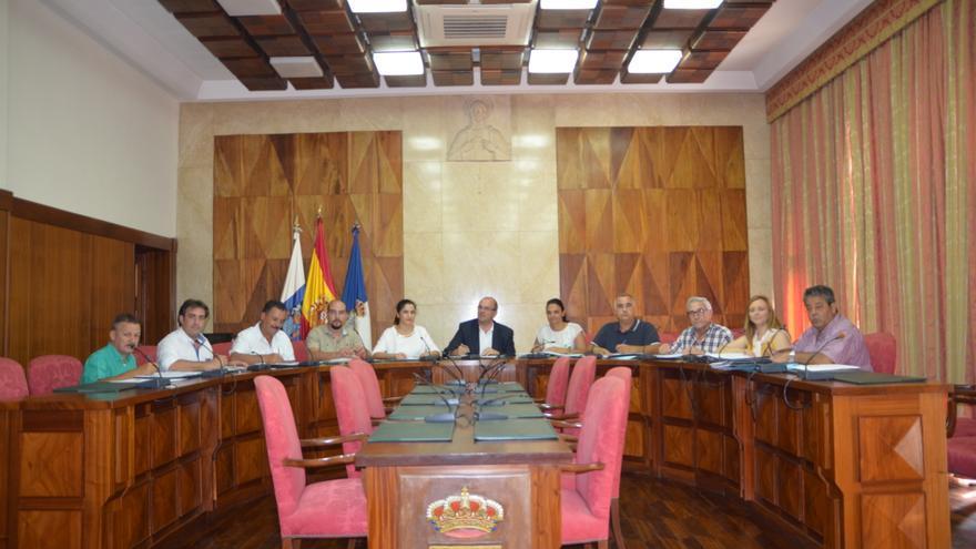 En la imagen, reunión celebrada en el salón de plenos del Cabildo con motivo de la firma de los convenios.