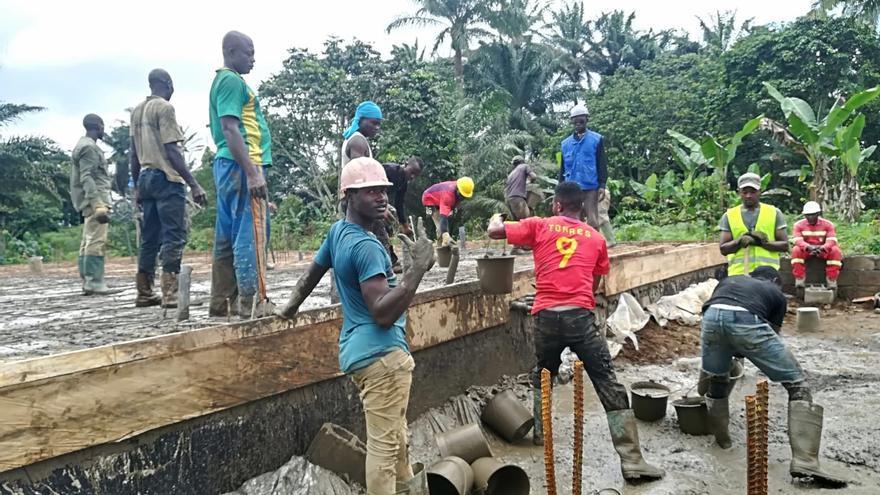 Habitantes de Melong II trabajando en el proyecto.