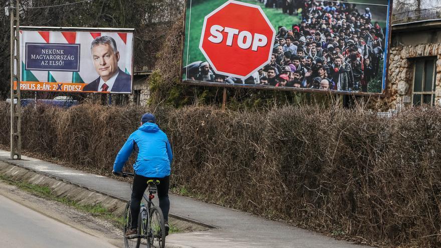 Un anuncio del partido de Orbán junto a otra valla publicitaria con un mensaje del Gobierno contra la inmigración durante la campaña.
