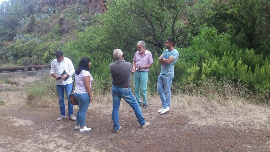 En la imagen, Facundo Fierro, explica in situ a los miembros de la nueva Corporacón la actuación en el barranco de La Luz del proyecto 'Ibarrola en Garafía'