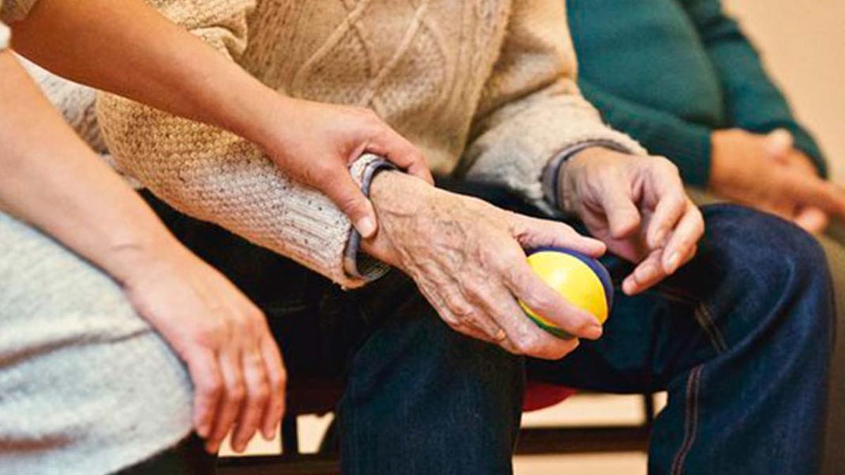 Una persona mayor atendida por una cuidadora | PIXABAY