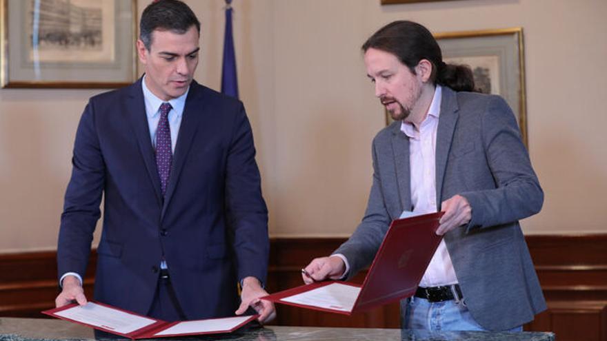 Pedro Sánchez y Pablo Iglesias firman el preacuerdo para un Gobierno de coalición el pasado 12 de noviembre. Para ART María Iglesias