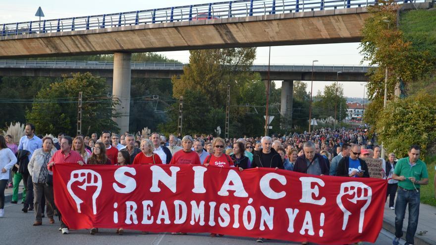 Cabecera de la manifestación convocada por los trabajadores de Sniace.   Laro García