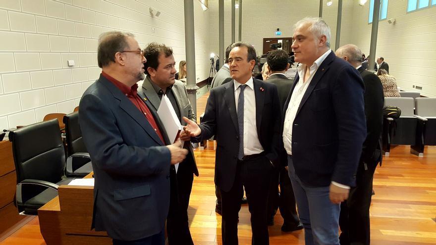 En el centro, el presidente de la Diputación Provincial de Zaragoza, Juan Antonio Sánchez Quero