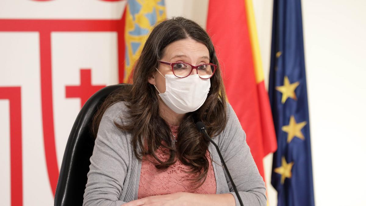 Mónica Oltra con mascarilla en rueda de prensa.