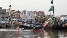 Niños juegan cerca de los cayucos amarrados a lo largo de la orilla del río Senegal, situada entre la Lengua de Barbarie -una estrecha península arenosa- y la Isla de Saint Louis, las dos áreas de la ciudad unidas con puentes a la otra parte, más extensa, que se sitúa en el continente africano