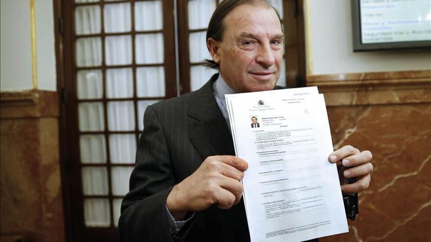 Martínez-Pujalte muestra su declaración de bienes en el Congreso.