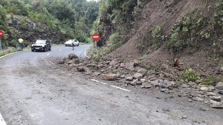 Imagen del desprendimiento ocurrido en la tarde de este jueves en la carretera de La Cumbre, a la altura del kilómetro 14. Foto: Facebook de Jorge González.