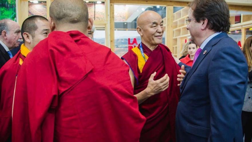 Varios monjes budistas hablan con el presidente extremeño, Guillermo Fernández Vara. Acompañaron al director de la Fundación Lumbini Garden, José Manuel Vilanova, a la presentación del proyecto del templo budista en Cáceres