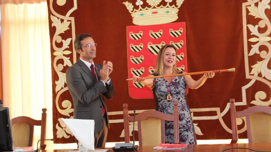 El expresidente del Cabildo de Lanzarote Pedro San Ginés (CC) y la nueva presidenta del Cabildo, Dolores Corujo (PSOE). Foto: Manolo de la Hoz.