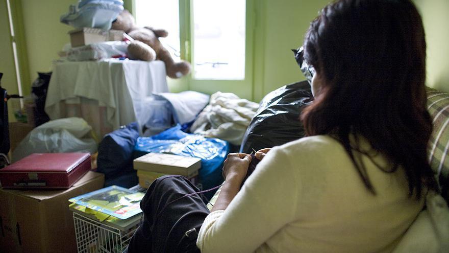 Una mujer en un piso tutelado en Barcelona / Edu Bayer