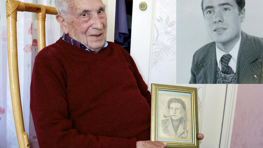 Soriano junto al retrato que le hizo un compañero en Mauthausen. La foto en blanco y negro es de su hermano José, asesinado en la cámara de gas / C.H.