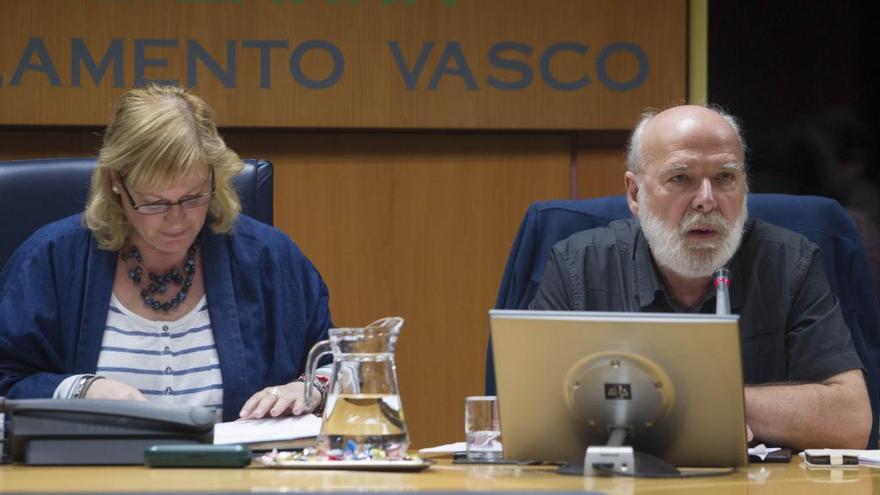 El coordinador de la comisión internacional sobre la deuda griega, Eric Toussaint, durante su comparecencia en el Parlamento vasco.