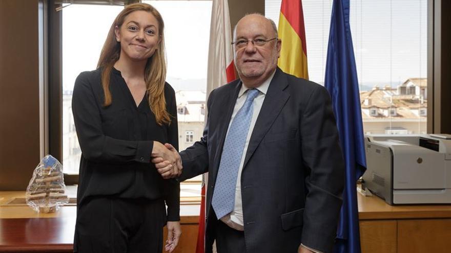 Cristina Mazas (PP) y Juan José Sota (PSOE) han escenificado el traspaso de poderes en la Consejería de Economía. | Foto: Raúl Lucio