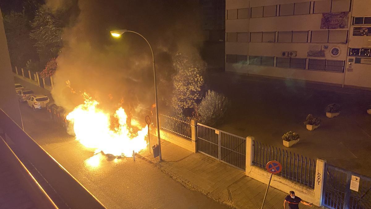 Incendio de un contenedor en una imagen de archivo