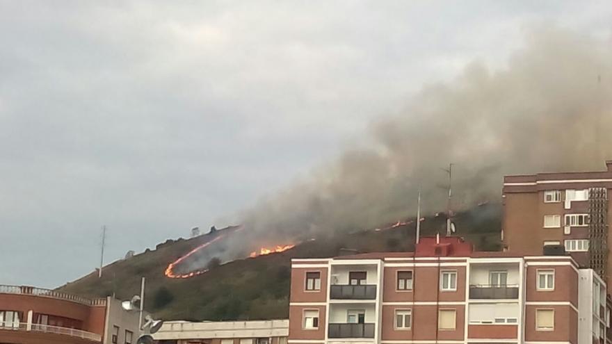 Declarado un incendio en una zona de maleza en el alto de Enekuri, en Bilbao