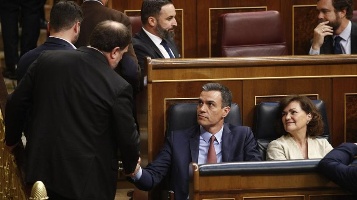 Pedro Sánchez saluda a Oriol Junqueras durante la sesión de constitución de las Cortes en 2019.