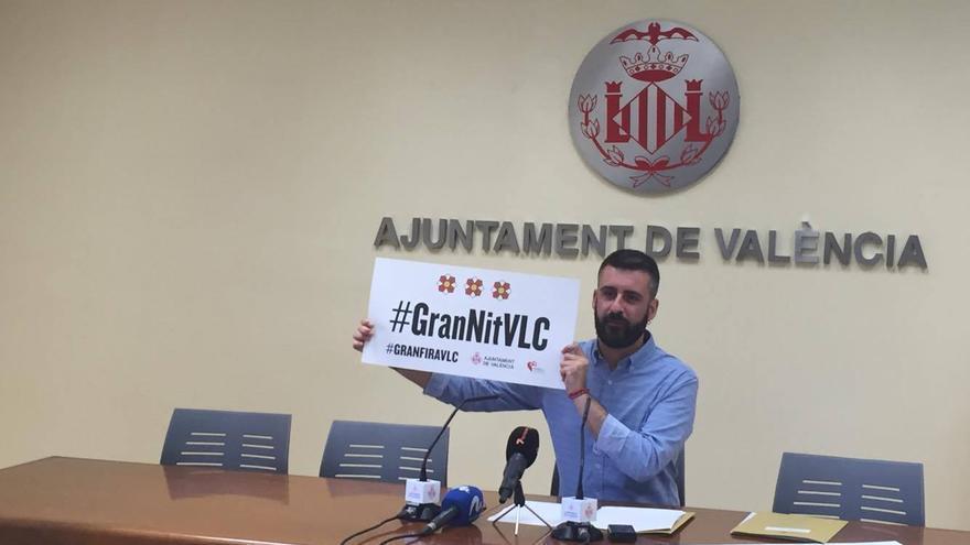 El concejal de Cultura Festiva, Pere Fuset, muestra el hastag de la Gran Nit