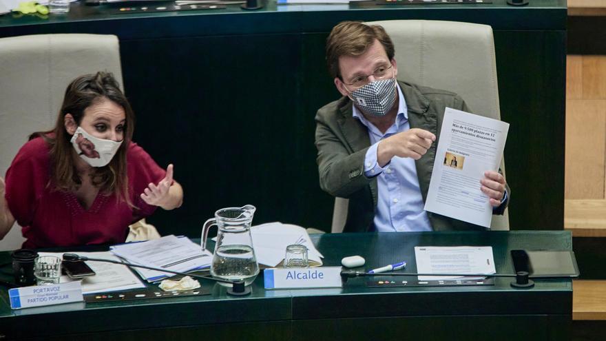 La delegada del Área de Cultura, Turismo y Deporte, Andrea Levy y el alcalde de Madrid, José Luis Martínez Almeida,