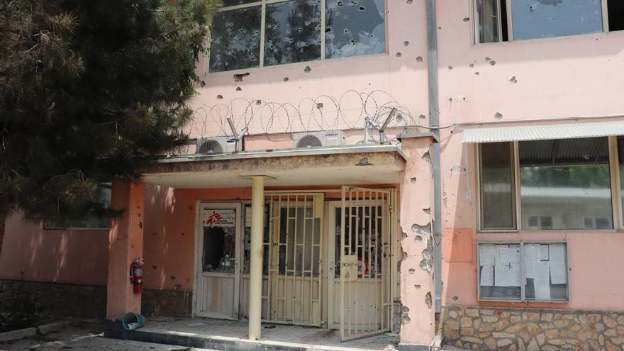 Entrada del hospital atacado en Kabul.