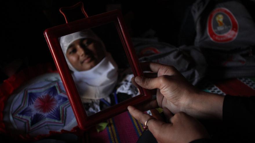 """Noor vive en el asentamiento improvisado de Balukhali. """"Si una mujer ha sido violada se sentirá inmediatamente sola y aislada. No hablará con nadie y no se cuidará a sí misma. He ayudado a diferentes mujeres a hablar sobre sus sentimientos y miedos. Las mujeres hansufridomucho, muchas de ellas han perdido a sus maridos. Ahora están solas y tienen que educar a sus hijos""""."""