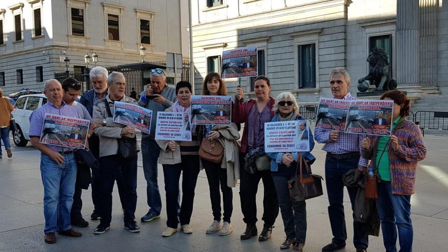 Víctimas del Alvia a las puertas del Congreso durante las comparecencias de Cortabitarte y Lanchares