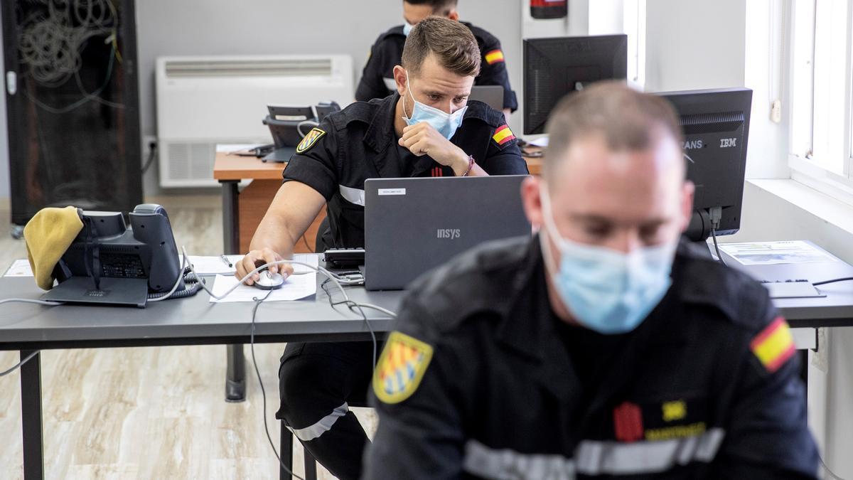 """Vista general de las instalaciones en la que militares de la UME, adscritos a la """"Operación Baluarte"""", dan apoyo con rastreadores a las comunidades autónomas, en la base aérea de Torrejón en Madrid."""
