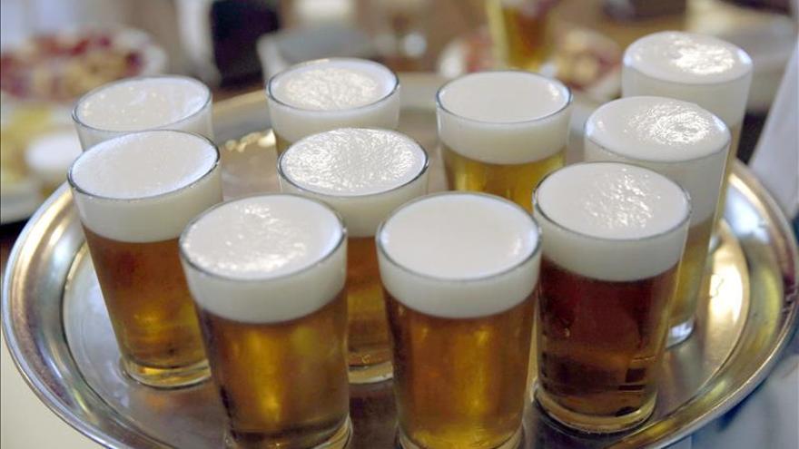 Playa, pareja y cerveza, la combinación preferida por los españoles en verano