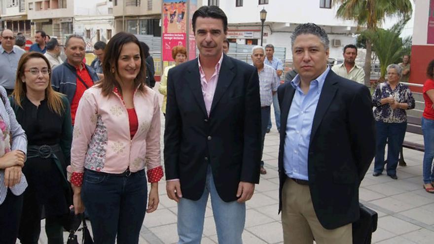 Águeda Montelongo, junto a José Manuel Soria y Tomás Burgos Gallego en Fuerteventura.