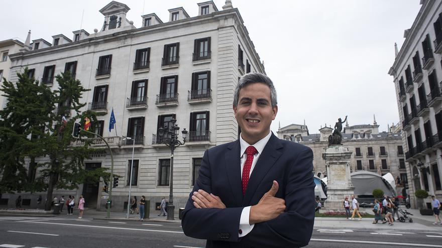 Pablo Zuloaga posa frente a la sede de la Delegación del Gobierno antes de la entrevista con eldiario.es.