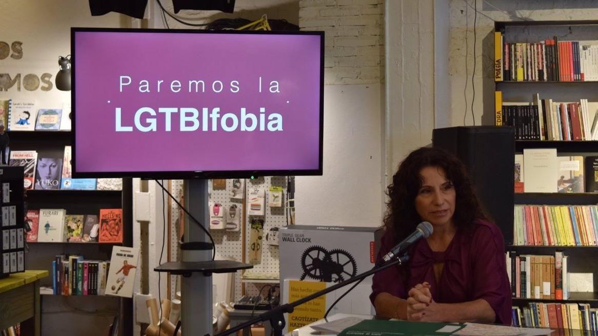 La consejera, durante la presentación de la campaña en la librería Caótica de Sevilla