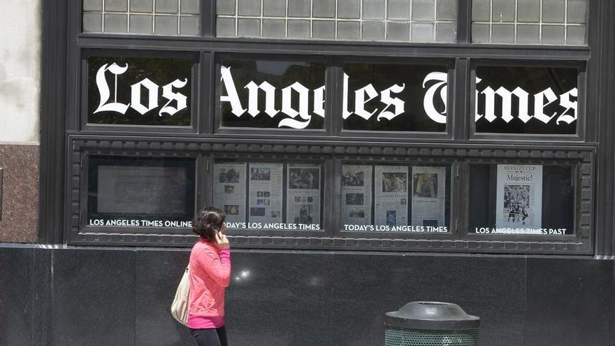 Una mujer camina frente al edificio del periódico estadounidense Los Angeles Times