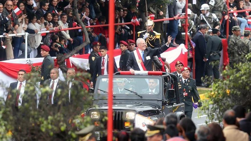 Kuczynski se estrena en el Gobierno de Perú encabezando un desfile cívico militar