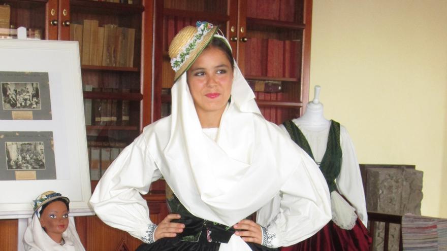 La joven Carmen Hernández Aguado lució el vestido de Sol Brito. Foto: LUZ RODRÍGUEZ.