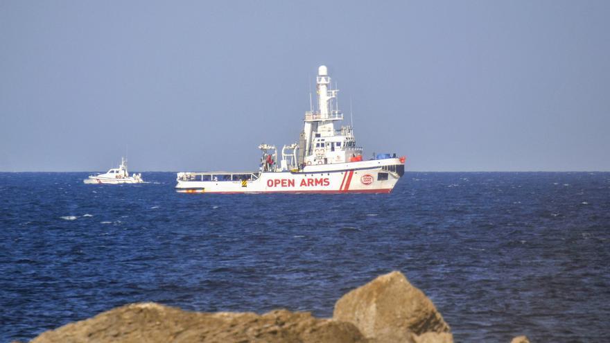 La ONG Open Arms asiste a 21 personas más en el mar en su regreso a España