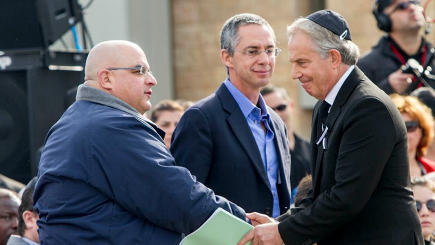 Tony Blair saluda a los hijos de Ariel Sharon en el funeral por el exprimer ministro israelí. Foto: Omer Messinger / Zuma Press