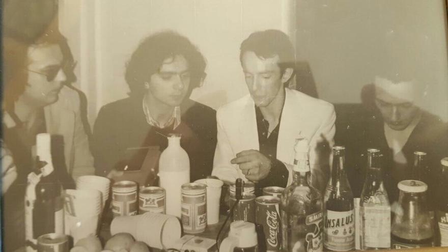 Jerry Corral y Pedro Elías Igartua, rodeados de The Clash y de decenas de cervezas y otros espirituosos, en su visita a Donostia en mayo de 1981.