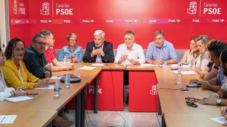 La Comisión Ejecutiva Regional del PSOE, reunida en la sede del partido en Santa Cruz de Tenerife.