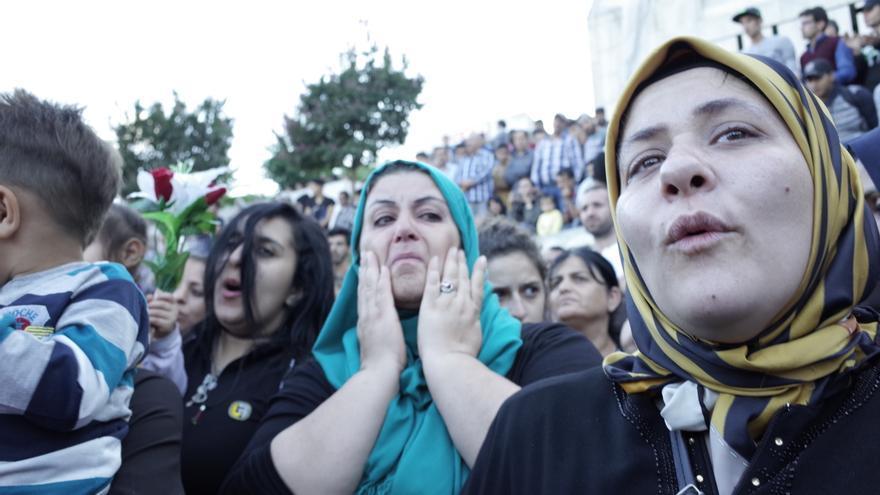 Varias mujeres en la protesta de cientos de sirios en la la terminal de bus estambulita de Esenler el pasado 15 de septiembre contra el bloqueo al paso de refugiados por tierra | Lluís Miquel Hurtado