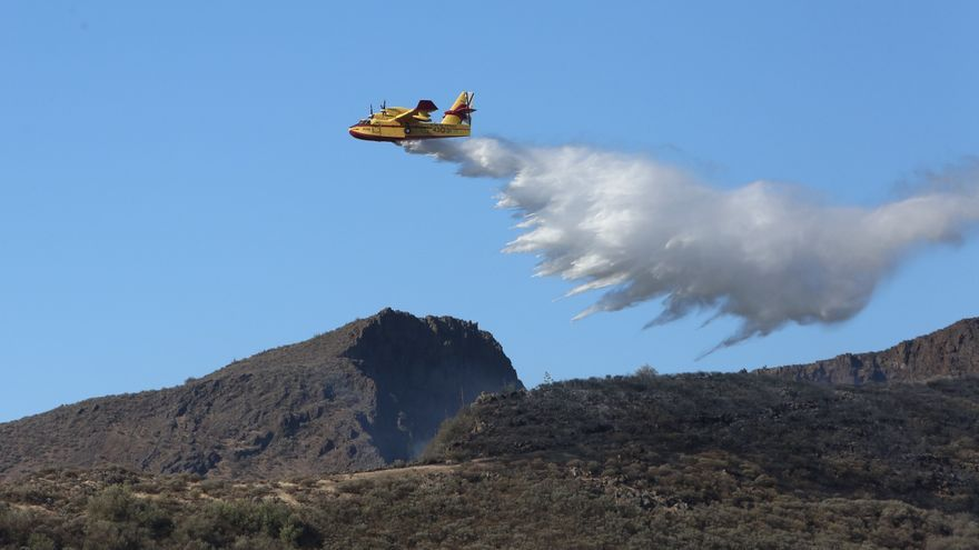 Hidroavión realizando una descarga en Gran Canaria