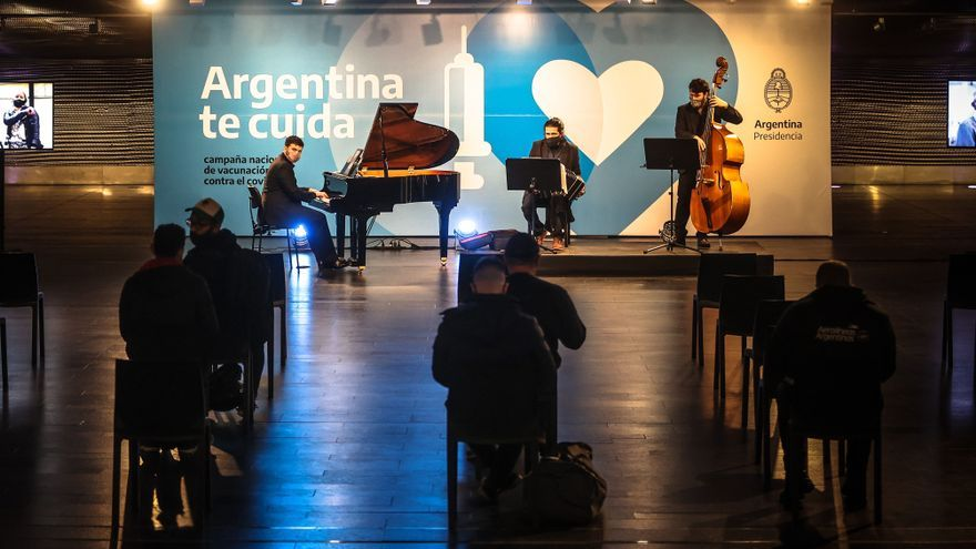 Dosis de tango y vacunas en Buenos Aires para combatir la covid-19