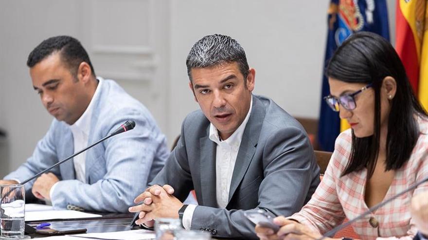 El consejero de Agricultura, Ganadería, Pesca y Aguas del Gobierno de Canarias, Narvay Quintero, durante su comparecencia en comisión parlamentaria.