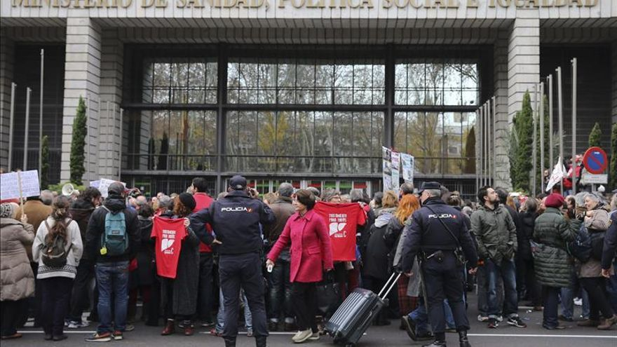 Afectados por la hepatitis C marchan a La Moncloa para pedir fármacos para todos. / Efe